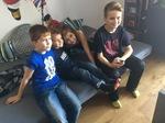 Mika mit Cousins und Cousine